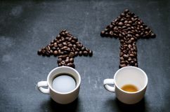 Café et flèche des grains de café Relevez-vous de l'énergie Tendance d'énergie Flèche et graphique Photographie stock libre de droits