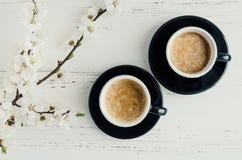Café et fleurs de cerisier photo stock