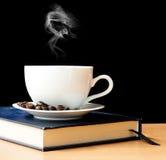 Café et fumée chauds dans le matin Images libres de droits