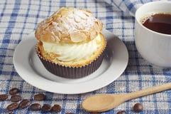 Café et gâteau crémeux avec des écrous image stock