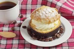 Café et gâteau crémeux avec des écrous photo libre de droits