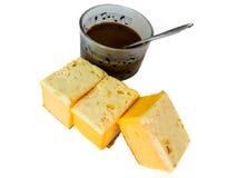 Café et gâteau découpé en tranches de beurre sur le fond blanc Photos stock