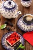 Café et gâteau d'après-midi avec la gelée et les fruits sur le backgr en bois Photos libres de droits