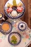 Café et gâteau d'après-midi avec la gelée et les fruits sur le backgr en bois Image stock