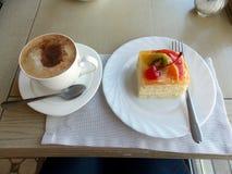 Café et gâteau d'un plat sur la table image libre de droits