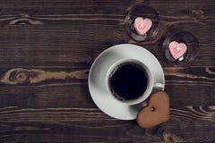 Café et gâteau sous forme de coeur Photographie stock libre de droits