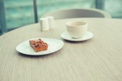 Café et gâteau sur la table Photos stock