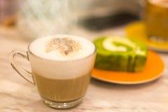 Café et gâteau vert frais de petit pain Photographie stock libre de droits