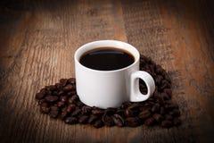 Café et grains de café en forme de coeur Photographie stock libre de droits