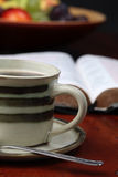 Café et la bible Photo stock