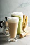 Café et latte réguliers de matcha photos stock