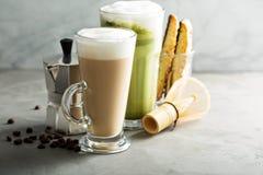 Café et latte réguliers de matcha image stock