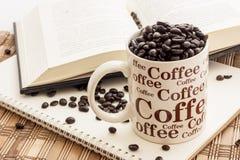 Café et lecture photos stock