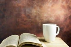 Café et livre Images stock