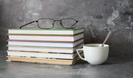 Café et livres sur le fond de marbre photographie stock