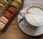 café et macarons pour le petit déjeuner photographie stock