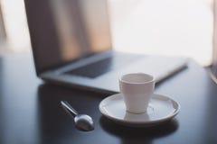 Café et ordinateur portable de matin Photographie stock