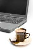 Café et ordinateur portatif d'isolement Image libre de droits