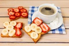 Café et pain grillé avec des fraises et des bananes Images libres de droits