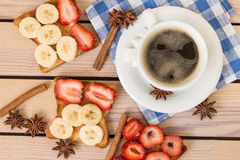 Café et pain grillé avec des fraises et des bananes Image libre de droits