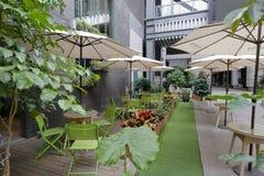 Café et parasol en plein air Photo stock