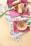 Café et petits eclairs Photo libre de droits