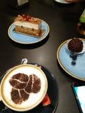 Café et quatre myrtilles image stock