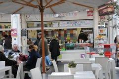 Café et restaurant au centre commercial de Testaccio à Rome images libres de droits