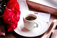 Café et roses rouges pour la Saint-Valentin Photo stock