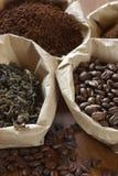 Café et thé dans les sacs Photos stock