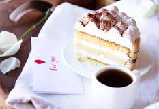 Café et tiramisu sur le plateau Photo stock