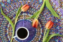 Café et tulipes image stock
