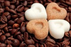 Café, eu te amo! Feijões de café e corações do açúcar Fotos de Stock Royalty Free