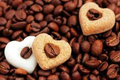 Café, eu te amo! Feijões de café e corações do açúcar Fotografia de Stock Royalty Free