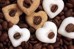 Café, eu te amo! Feijões de café e corações do açúcar Imagem de Stock Royalty Free
