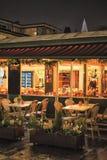 Café europeu velho da rua da cidade na noite Imagem de Stock Royalty Free