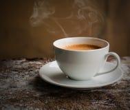 Café express blanco del café de la taza Taza de café, aún vida, oscura Fotografía de archivo