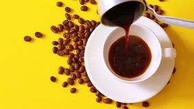 Café express caliente de colada en la taza de cristal para hacer el café La vista superior de la mano con la taza de coffe negro  metrajes