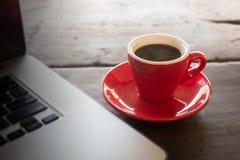 Café express caliente en la tabla de funcionamiento imagenes de archivo