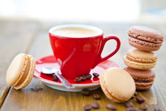 Café express caliente y macarrones franceses Imagen de archivo libre de regalías