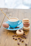 Café express caliente y macarrones franceses Foto de archivo