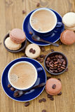 Café express caliente y macarrones franceses Imágenes de archivo libres de regalías