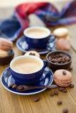 Café express chaud et macarons français Photographie stock