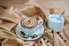 Café express con leche Imágenes de archivo libres de regalías
