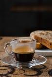 Café express con una torta, magdalena Foto de archivo