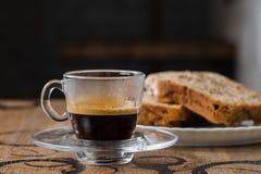 Café express con una torta, magdalena Fotos de archivo