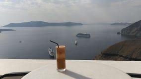 Café express de Freddo sobre el vidrio transparente en Santorini, Grecia Foto de archivo