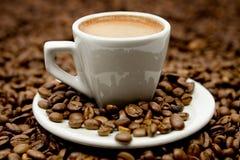 Café express en las habas de Coffe fotografía de archivo libre de regalías