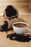Café express en una taza de café con el café asado, aún tono de la vida Foto de archivo