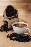 Café express en una taza de café con el café asado, aún tono de la vida Fotos de archivo libres de regalías